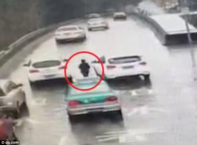 3baf33b000000578-4070506-hangzhou_police_found_the_boy_walking_on_the_motorway_1_3_miles_-a-51_1482943767370
